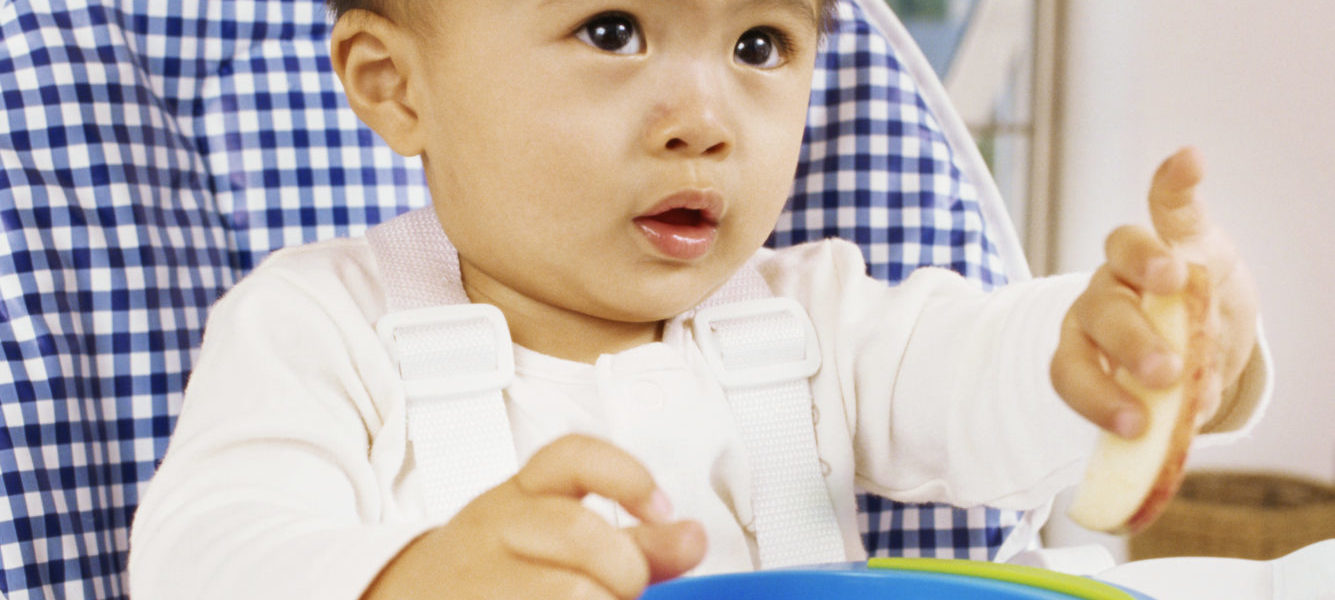 Bébé mangeant seul dans une assiette