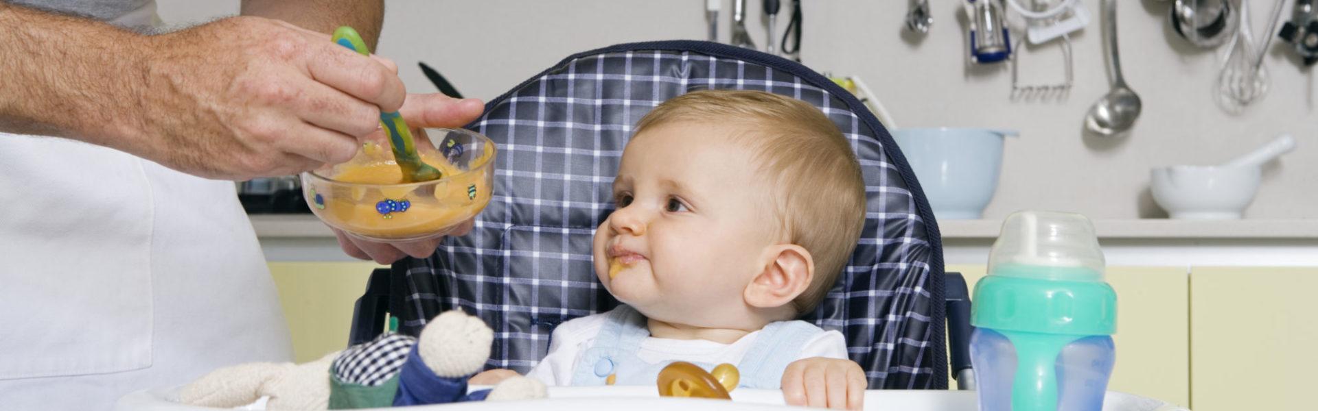 Bébé mange dans une chaise haute