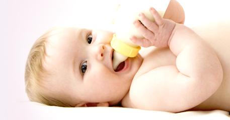 Bébé buvant un biberon