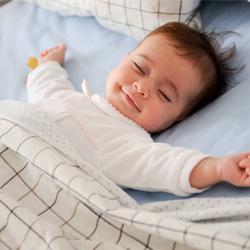 Bébé endormi souriant