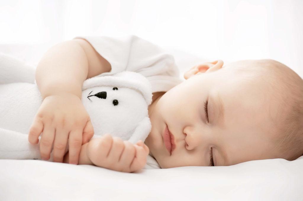Bébé dormant avec son doudou